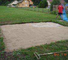 Pose du sable pour mettre à niveau