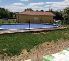 La piscine tel que cette année l.annee prochaine un terrasse en bois sur pilotis habillera tout le tour de la piscine afin de dissimuler totalement les margelles acier et de créer une plage de 6/4 choix du bois non arrete