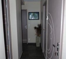 Photos et idées dégagement / couloir sol gris foncé (117 photos)