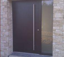 La porte d'entrée nettoyée   barre inox mise en place