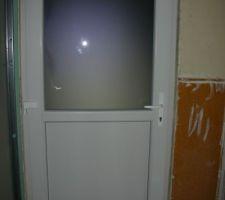 porte intermediere donnant sur un couloir et acces cave