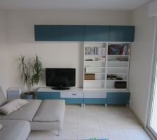 Vue du meuble TV (série BESTÅ, Ikéa) et système audio Uppleva.