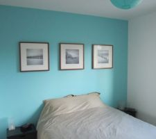 la chambre parentale avec un mur et une boule chinoise turquoise