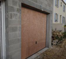 La porte de garage, en bois cette fois ci