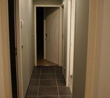Couloir menant au coin nuit enfants après la première couche de peinture