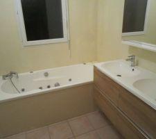 Vue d'ensemble de la salle de bains attenante au dressing et à la chambre parentale.