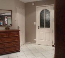 Entrée avec la porte blanche en bois peinte. Commode pas terrible ...  cherche idee de remplacement