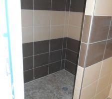 Faiences des salle de bains et WC suspendus finis, manque plus que le plombier pour la pose des sanitaires.