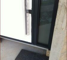 Porte d'entrée posée Essai avec un échantillon de seuil en granit