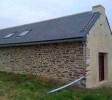 Enduit T80 moyen de Parexlanko Taloché sur le pignon et gratté (brosse métallique) sur la façade (orientation nord/ouest)