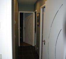 Petit aperçu du couloir du coin nuit enfant. Il nous faut encore peindre les portes....
