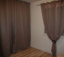 chambre d amis avec le grand placard qui pour l instant est camoufle par des rideaux