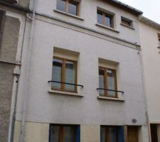 Maison de ville de 1830  ravalée dans les années 1960.  les fenêtres on été réduites,sous ce ravalement affreux les murs sont en pierres. le projet est de lui redonner une belle allure avec des beaux materiaux mais les propositions sont plutôt décevantes