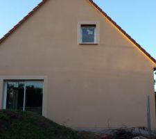 Enduit gratté - Mur Droit terminé. Modénature autour des fenêtres 2 tons en dessous.