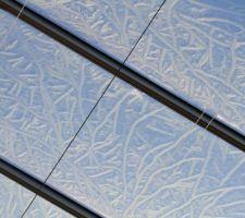 Ce n\\\'est pas une véranda mais une serre de 350m2 Photo prise au matin alors que rideau de protection se déroulait pour laisser entrer le soleil et j\\\'ai alors constat ce givre sur le toit.