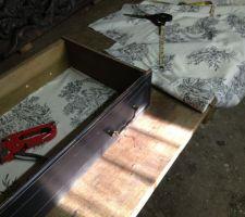 Agraffage chutes de tissu toile de jouy pour agrémenter les tiroirs