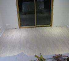 Le parquet de la chambre avant pose des plinthes.