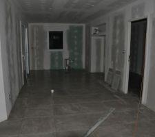Carrelage de la grande pièce terminé !