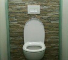 Toilette installé !! Une bonne chose de faite car c'est bien utile !! Arrière fait en parrement en pierre naturelle.