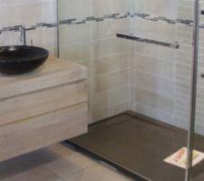 Carrelage salle de bain: beige ligné pour les murs, marron lisse pour le sol, mosaïque marron lisse pour le tablier de la baignoire