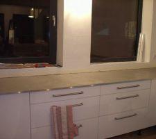 Le béton couleur Fer du plan de travail (fraichement posé), les façades blanc brillant