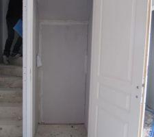 penderie placard sous escalier beton