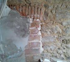 cote de la cheminee pierres arc de decharge
