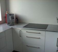 La cuisine et son plan de travail béton, côté jour ! La plaque de cuisson