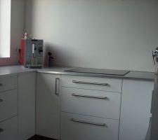 La cuisine et son plan de travail béton, côté jour !