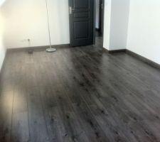 Sol de l étage, seconde chambre de l etage 16m2 habitable  malgré la photo la couleur est bien gris Gris urban