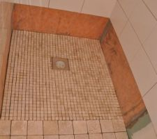 Pose de travertins et mosaïque au sol de la salle d'eau