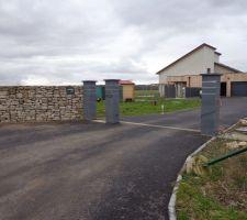 entree en macadam 400m2 et 3 piliers avec listel inox termines pour fin 06 2013 mur en gabion avec la boite aux lettre integree 01 2014