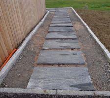dalles en ardoise pour le chemin allant a la porte d entree graviers marbre blanc viendront autour 01 2014