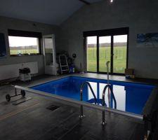 La piscine avec vue sur le local technique qui est en cours de fermeture. 01/ 2014