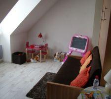 chambre des petits enfants contente ils ont de la place pour les jours de pluie