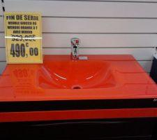 Vasque sur le meuble de salle de bain