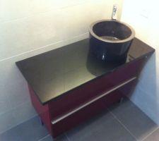 Meuble Godmorgon (Ikea) de longueur 100 avec plan de travail et vasque en granit noir.