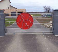 Notre magnifique portail posé le 06/02/2014 inox brossé et alu rouge fait par un artisan doué et sur la base d'un de mes dessins !