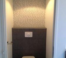 Avec le reste du papier on a tapissé le toilette du haut .