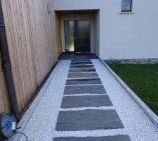 chemin d acces a la porte d entree fini dalles en ardoise et gravillon de marbre blanc