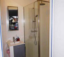 Le petit meuble vasque, le miroir et la douche