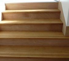 escalier reliant le salon a l espace cuisine repas encore de la peinture a faire