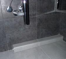 tuyauterie encastree et carrelee sous le lavabo epaisseur environ 15 cm