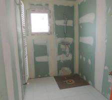 sdb du rdc avec douche a l italienne et radiateur seche serviette