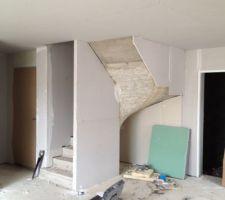 Habillage de l'escalier, libre en dessous pour gagner en espace et y placer un meuble plutôt qu'un grand placard ( prévu à la base) où on aurait pas vu le fond !