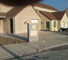 voici la boite aux lettres et le trottoir de l entree de la residence