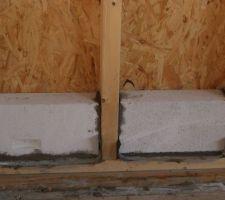 Base en béton cellulaire pour une partie du futur mur de briques de terre crue