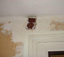 Réparation de la tringle à rideaux des anciens propriétaires, ça fait peur.