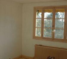 murs enduits et ponces reste l encadrement de la fenetre et le radiateur