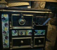 Voici une ancienne cuisinière bois charbon qui se trouve au rez de chaussée  et qui une fois restaurée servira de chauffage et cuisinière une fois placée dans la grande cheminée de la pièce de vie